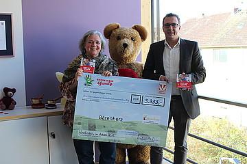 Trifels Verlag übergibt Scheck in Höhe von 3.333 Euro an die Bärenherz Stiftung in Wiesbaden
