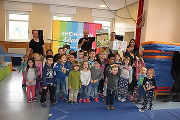 Oliver Mager gibt Kinderkonzert in der Kita Sankt Markus in Frankfurt-Nied