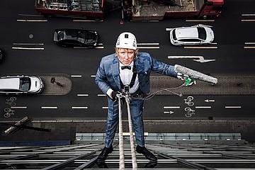 Fotoshooting 'Kleider machen Leute' auf dem Dach des Trifels Verlages
